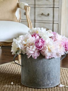 Country Style Homes, French Country Style, French Country Decorating, Summer Flowers, Fresh Flowers, Vintage Farmhouse, French Farmhouse, Bird Statues, Pink Peonies