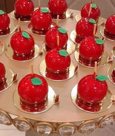 Maçãzinha do amor Apple Recipes, Sweet Recipes, Princesse Party, Snow White Cake, Petit Cake, Snow White Birthday, Candy Apples, Confectionery, Cake Pops