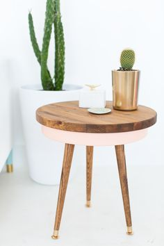 Jan 2020 - These IKEA Mid Century Modern Style Hacks will instantly make your home look more stylish and lovely. IKEA hacks with a Mid Century Modern… Ikea Side Table, Side Table Decor, Diy Table Top, Mid Century Modern Side Table, Mid Century Modern Design, Modern Table, Painted Side Tables, Modern Plant Stand, Mid Century Living Room