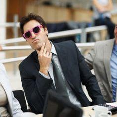 Okulary przeciwsłoneczne oprócz swojej jakże użytecznej funkcji stanowią również kapitalny dodatek do codziennej stylizacji. I wydawać by się mogło, że tak banalna czynność jak noszenie okularów przeciwsłonecznych, nie może przysparzać problemów związanych z bon tonem. Więcej na: http://www.krawatimuszka.pl/etykieta-towarzyska/savoir-vivre-a-okulary-przeciwsloneczne/