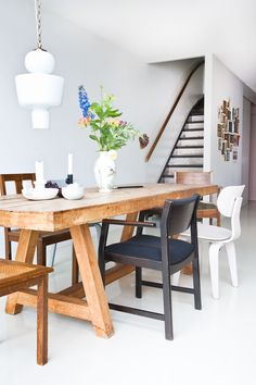 mismatched chairs for the dining area (via Interior inspirations. (my ideal home. Woven Dining Chairs, Mismatched Dining Chairs, Wooden Dining Tables, Dining Area, Rustic Table, Rustic Wood, Gold Desk Chair, Wood Table Design, Table Designs