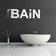 Ce sticker inscription casse la côté rigide de la déco de la salle de bain noire et blanche