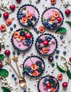 This vegan no-bake Blackberry Mousse Tart comes together quick & easy and is so delicious! It's an easy no-bake cake with oreo crust and berry mousse. Tart Recipes, Sweet Recipes, Fancy Cake, Mousse, Cute Food, Yummy Food, Decoration Patisserie, Mini Tart, Custom Cookie Cutters