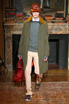 Pierpaolo Piccioli segue solo na direção criativa da Valentino, desta vez apresentando seu outono-inverno 2017/18 desfilado na Semana de Moda Masculina de Paris.