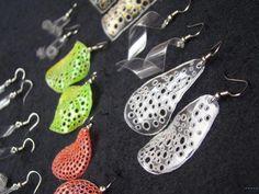 Mas joyeria con PET | Un detalle hace la diferencia Plastic Bottle Crafts, Plastic Jewelry, Paper Jewelry, Plastic Beads, Plastic Bottles, Jewelry Crafts, Handmade Jewelry, Bottle Jewelry, Pet Bottle
