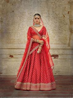 DescriptionCharbagh featuring the Sabyasachi Devi collection Lehenga.We ship the Lehenga in Sabyasachi signature red Lehenga box.Color: Red with 1 dupatta. Sabyasachi Lehenga Cost, Red Lehenga, Party Wear Lehenga, Indian Bridal Outfits, Indian Bridal Lehenga, Indian Dresses, Lehenga Wedding, Wedding Dress, Wedding Outfits