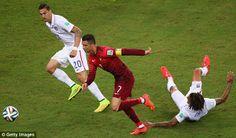 Na corrida poderes Cristiano Ronaldo o seu caminho passado Jermaine Jones dos EUA (à direita) e Geoff Cameron (à esquerda)