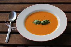 Karotten-Kokosmilch Suppe von Andrea http://www.pinterest.com/fraeuleinwirbel/  Zutaten: Zwiebel, Knoblauch, Ingwer, Staudensellerie, Paprika, Karotten, rote Linsen, Kokosmilch, Salz, Pfeffer, Gemüsebrühe #gutelaunevitamix
