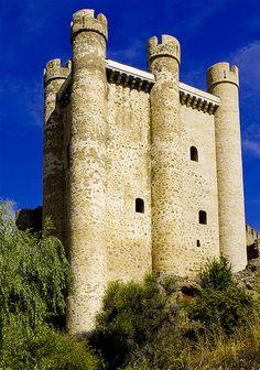CASTLES OF SPAIN - Castillo de Valencia de Don Juan ó de Coyanza (Siglo XV), provincia de Leon. El edificio actual se debe a Juan de Acuña y Portugal, 3º Conde y 2º Duque de Valencia de Don Juan, y su mujer Teresa Enríquez . Sus blasones, junto a los de los Quiñones de León, son todavía visibles en las torres de la muralla. Durante la Guerra de Sucesión Castellana fue asediado en 1475, acto en el que murió Juan de Acuña y Portugal precipitado desde una de las ventanas del castillo.
