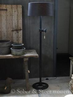Stoere en zware metalen staande lamp industrieel. Dikke as met ijzeren wiel als voet. Exclusief kap ( Getoonde kap =...