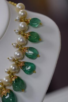 Jewelry OFF! Gorgeous Indian Colombian Emerald Necklace With Pearls Pearl Necklace Designs, Jewelry Design Earrings, Gold Earrings Designs, Emerald Jewelry, Gold Jewellery Design, Bead Jewellery, Emerald Necklace, Gold Jewelry, Gold Necklace