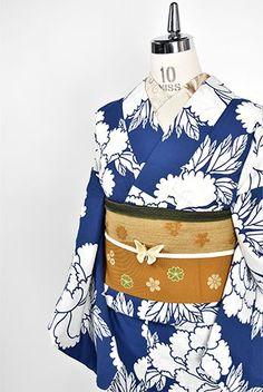 瑠璃のような紺色に近い深い青の地に、涼やかな白一色で染め出された大輪の牡丹の花が美しい注染レトロ浴衣です。