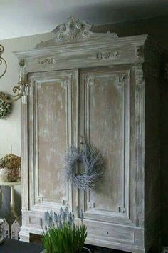 If You Have Old Furniture That You Think of Throwing, Think Again. You Can Make Your Furniture Look Great with an Easy Hand Skill - Explore Trending - If You Have Old Furniture That You Think of Throwing, Think Again. You Can Make Your Furniture Look - French Furniture, Paint Furniture, Furniture Makeover, Antique Furniture, Whitewashing Furniture, White Washed Furniture, Laminate Furniture, Hutch Makeover, Loft Furniture