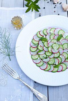 Cucumber And Radish Carpaccio Salad: Presentation is beautiful Plats Healthy, Healthy Salads, Healthy Food, Vegetable Salad, Vegetable Side Dishes, Raw Food Recipes, Salad Recipes, Salad Presentation, Radish Salad