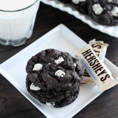 These Dark Chocolate Cookies & Cream Cookies are oh so chocolatey, with smooth white chocolate chips inside, and Cookies'n'Creme candy bar chunks on the outside. Chocolate Chip Cookies, Microwave Chocolate Chip Cookie, Chocolate Chips, White Chocolate, Köstliche Desserts, Delicious Desserts, Dessert Recipes, Yummy Cookies, Yummy Treats