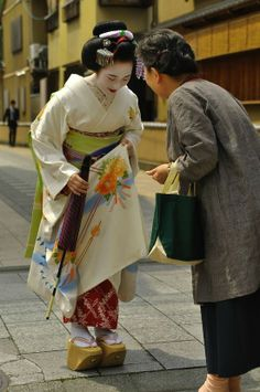 Rei means to bow. Rei mean manners. The Geisha makes an art of showing honor to others. Japanese Geisha, Japanese Beauty, Japanese Kimono, Japanese Art, Japanese Things, Traditional Japanese, We Are The World, People Of The World, Yukata