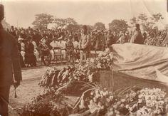 Beerdigungsfeier anlässlich des Todes von Generalfeldmarschall Colmar Freiherr von der Goltz in Konstantinopel am 22.06.1916. Der Redner in stehender Position vor dem geschmückten Sarg ist Enver Pascha, Oberkommandierender der türkischen Armee. Hinter ihm verdeckt sitzend General Otto Liman von Sanders.