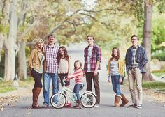 family photography - love the mix of poses =] Large Family Photography, Large Family Portraits, Extended Family Photos, Large Family Poses, Family Posing, Love Photography, Family Pics, Children Photography, Photography Outfits