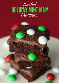 Frosted Holiday Mint M&M Brownies Recipe - SO GOOD! Chewy brownies smothered in chocolate frosting -perfect for holidays like Christmas. Best Christmas Desserts, Christmas Brownies, Easy Christmas Treats, Christmas Cooking, Holiday Treats, Holiday Recipes, Christmas Decor, Köstliche Desserts, Delicious Desserts