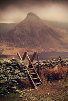 Tryfan mountain in the Ogwen Valley, Snowdonia, Wales. It forms part of the Glyderau group, and is one of the most famous and recognisable peaks in Britain. Snowdonia, Beautiful World, Beautiful Places, Wales Uk, Voyage Europe, England And Scotland, Jolie Photo, Gaudi, British Isles
