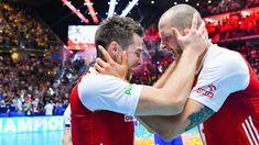 Atakujący reprezentacji Polski Bartosz Kurek został uznany za najbardziej wartościowego zawodnika (MVP) mistrzostw świata siatkarzy 2018. W finale turnieju Polacy pokonali w Turynie Brazylię 3:0 i obronili tytuł wywalczony w 2014 roku. Volleyball Players, Men's Volleyball, Poland, Sumo, Wrestling, Wall Photos, Sports, Art, Lucha Libre