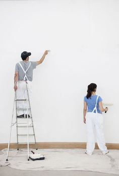 10 Trucos para pintar paredes como un profesional: Foto © David Oliver/ Getty Recycled Furniture, Shower Doors, Home Hacks, Ideas Para, Recycling, Normcore, Diy, Design, Home Decor