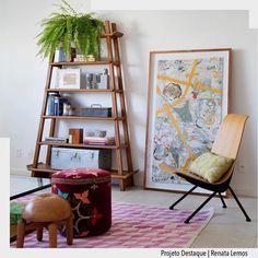 Ambiente super charmoso e descontraído. Adoramos o estilo da estante assim como o quadro apenas apoiado na parede. Por Renata Lemos Ad #ArquiteturadeCoração #sala #adsala #olioliteam