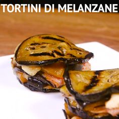 TORTINI DI MELANZANE: un antipasto saporito realizzato con strati alternati di melanzane grigliate, provola, prosciutto cotto arricchiti da un ripieno di melanzane saltate in padella con i pomodorini! [Easy italian eggplant, cheese and ham tower recipe] Italian Recipes, Mexican Food Recipes, Vegetarian Recipes, Cooking Recipes, Healthy Recipes, Antipasto, Yummy Appetizers, Vegetable Dishes, Soul Food