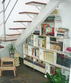 biblioteca modular para aprovechar el espacio bajo la escalera