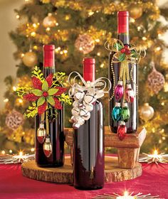 Dress up wine bottles for any occasion with the Holiday Wine Bottle Jewelry. Easy to use bottle necklace adds glam to any gift. Glitter and metallic accents giv