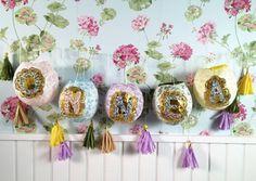 Kauniit pitsipallot tehdään kiinnittämällä silkki- ja kakkupapereita liisterillä ilmapallojen päälle. Kuivumisen jälkeen ilmapallo rikotaan ja sen palaset poistetaan. Pitsipallo koristellaan kirjaimella ja ripustetaan roikkumaan. Muodosta palloista onnittelu, tervetulotoivotus tai askartele niihin hääparin nimet. Katso Unelmien Talo&Kodin ohje.