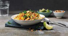 En mild wok laget med risnudler, egg og kål, med en skarp saus. Toppet med peanøtter og lime! Food N, Good Food, Food And Drink, Yummy Food, Phad Thai, Just Eat It, Swedish Recipes, Dinner Tonight, Santa Maria