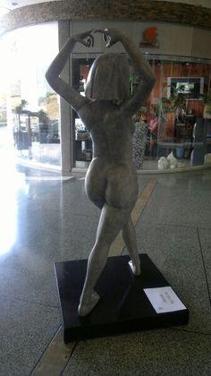 Escultura figurativa en centro comercial