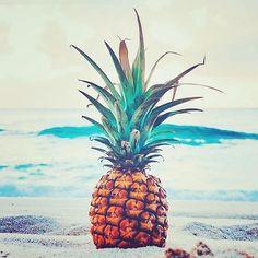 Ananas on the beach . Ananas am Strand. Beach Bum, Summer Beach, Summer Vibes, Summer Sunset, Summer Paradise, Ocean Sunset, Beach Waves, Ocean Waves, Photo Trop Belle