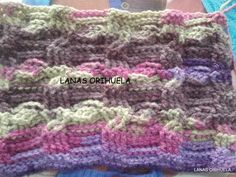 Muestra de trenzas con lana degradada en varios colores. Se consigue un efecto multicolor sin necesidad de usar varios ovillos y tener que rematar hebras sueltas. Ideal para principiantes