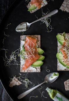 Cream cheese, wasabi, avocado, salmon, crackers, tostadas, sandwich, salmon, queso crema, queso philadelphia, aguacate, food photography, food photographer, blog, receta, cocina, cena rápida