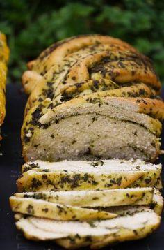 El favorito de todos los que probaron los panes.. y el mío también!! no solo por lo bonito que queda trenzado, ni por lo mucho más fácil que es de hacer de lo que uno se imagina, si no que por que … Biscuit Bread, Salty Foods, Vegan Bread, Artisan Bread, Sin Gluten, Tapas, Food To Make, Breakfast Recipes, Bakery