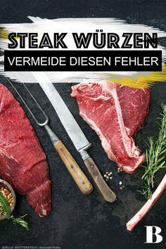 Steak würzen – Das ist der richtige Zeitpunkt. Beim Zubereiten von Steak stellt sich meist eine Frage: Wann soll ich das Steak würzen? Wir verraten die besten Tipps und Tricks, wie das perfekt gewürzte Steak gelingt. #fleisch #steaks #würzen #braten Steaks, Beef, Food, Roast, Meat, Tips And Tricks, Beef Steaks, Essen, Meals