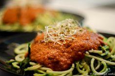 Sorprende a todos con esta exquisita receta de espaguetis de calabacín con salsa de tomate!