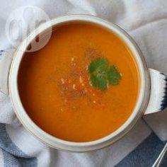 Möhrensuppe mit Kurkuma - Eine total einfache Suppe, die das ganze Jahr über schmeckt. Sie köchelt relativ lange auf dem Herd, aber ansonsten wenig Arbeitsaufwand.@ de.allrecipes.com