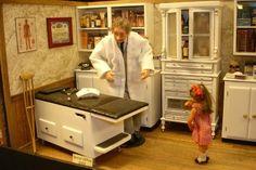 Connie Sauve - Miniature Show Photos Miniature Rooms, Miniature Furniture, Dollhouse Design, Dollhouse Miniatures, Real Good Toys, Cabinet Medical, Victorian Dolls, Doctor Office, Tiny World