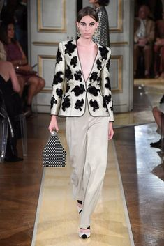See all the Collection photos from Armani Prive Autumn/Winter 2018 Couture now on British Vogue Look Fashion, High Fashion, Fashion Show, Fashion Outfits, Fashion Design, Valentino Couture, Couture Fashion, Runway Fashion, Womens Fashion