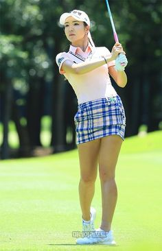 What Is the Correct Golf Swing? Golfers the world over are always in search of the perfect golf swing or the right golf swing. Girls Golf, Ladies Golf, Women Golf, Asian Woman, Asian Girl, Sexy Golf, Tennis Fashion, Womens Golf Shoes, Professional Women