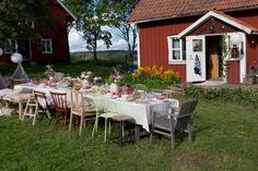 gartentisch I hope you all come to a Swedish fika! Swedish Cottage, Red Cottage, Swedish House, Scandinavian Garden, Red Houses, Summer Cabins, Countryside Landscape, Fika, Outdoor Furniture Sets