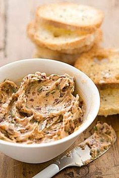 Sun-Dried Tomato Basil Butter This robustly flavored butter makes a great match to any grilled or pan-seared meat or full-flavored fish. Flavored Butter, Homemade Butter, Vegan Butter, Chutney, Whole Food Recipes, Cooking Recipes, Catering, Compound Butter, Butter Spread