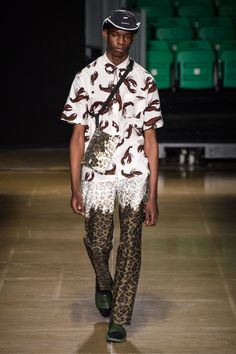 See all the Collection photos from MSGM Spring/Summer 2020 Menswear now on British Vogue Men's Fashion, Unique Fashion, La Mode Masculine, Fashion Show Collection, Msgm, Apparel Design, Backstage, Women Wear, Style Inspiration