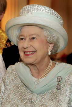 Britain's Queen Elizabeth talks to guests during a reception at Mansion House, in the City of London, June 5, 2012.