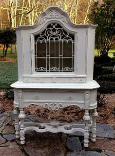 Best Antique White Kitchen Cabinets in Trending Design Ideas for Your Kitchen - China Closet Shabby Chic Painted White French Cottage Decor - Beautiful Houses Interior, French Cottage Decor, Romantic Decor, Cottage Decor, Chic Decor, Beach Cottage Style, Shabby Chic Painting, Shabby Chic Furniture, Chic Home Decor