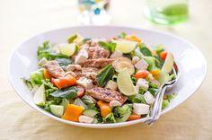 Ruokaisa broileri-fetasalaatti. Ruokaisa salaatti on kesäruokaa parhaimmillaan. Pilko salaattiainekset vaikka pihalla samalla kun broileri paistuu grillissä.