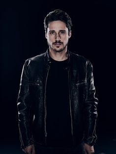 Peter Gadiot in Queen of the South Season 2 (9)